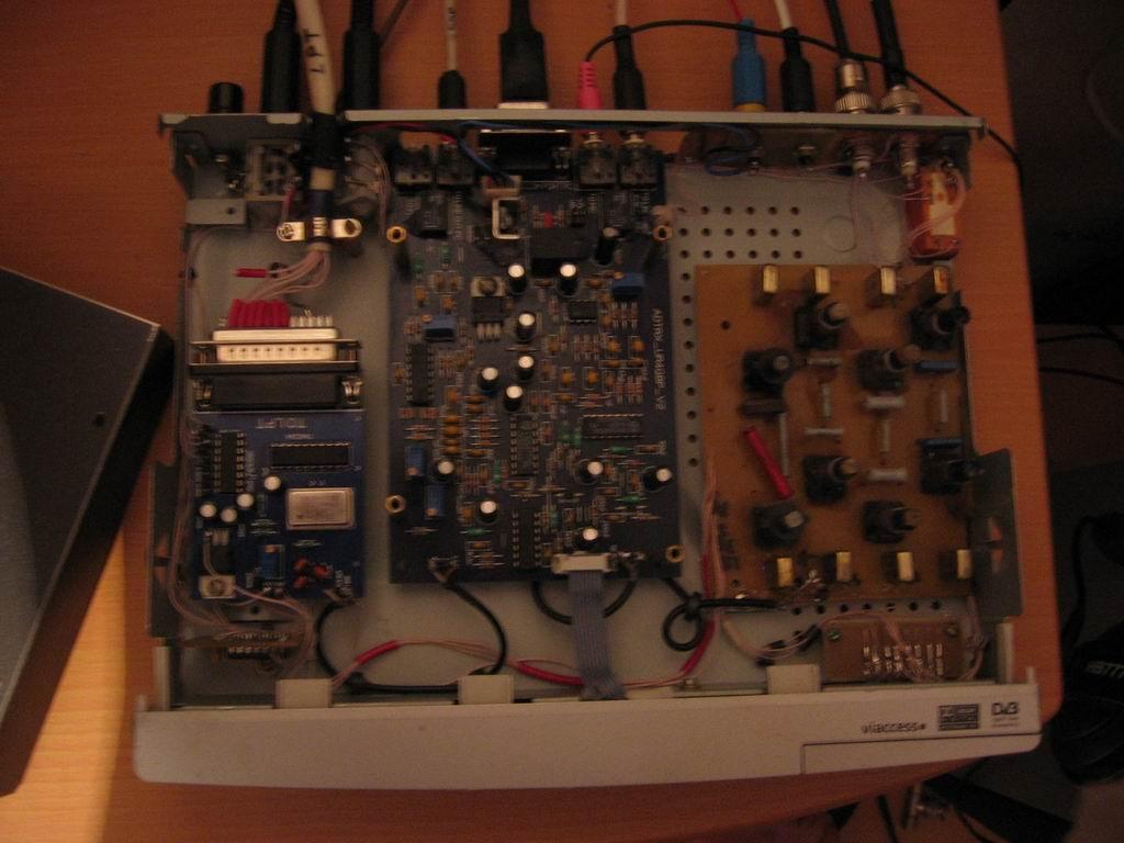 """Корпус -спутниковый ресивер """"samsung """", платки синтезатора и собственно СДР Сашины - UR4QBP, полосовики мои."""
